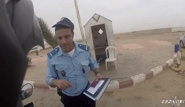 Fotograma de un famoso vídeo viral en el que el policia le pedía un soborno a un motorista español