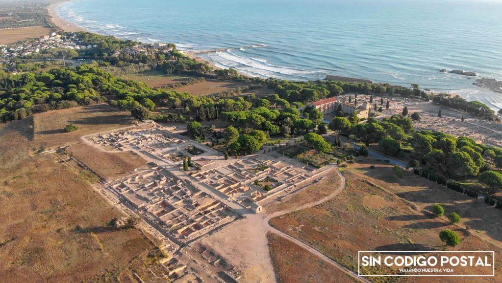 Ciudad romana en primer plano,y ciudad griega de ampurias en segundo
