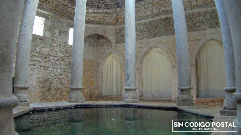 Columas y agua del patio de los baños árabes