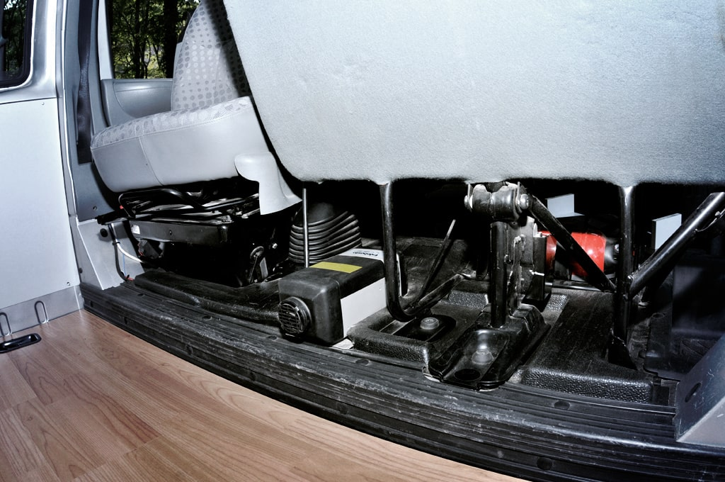 Calefacción estacionaria en el interior , debajo de los asientos