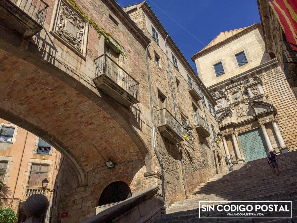 Iglesia de Sant MartíSacosta al fondo, y arco de la antigua muralla de la ciudad