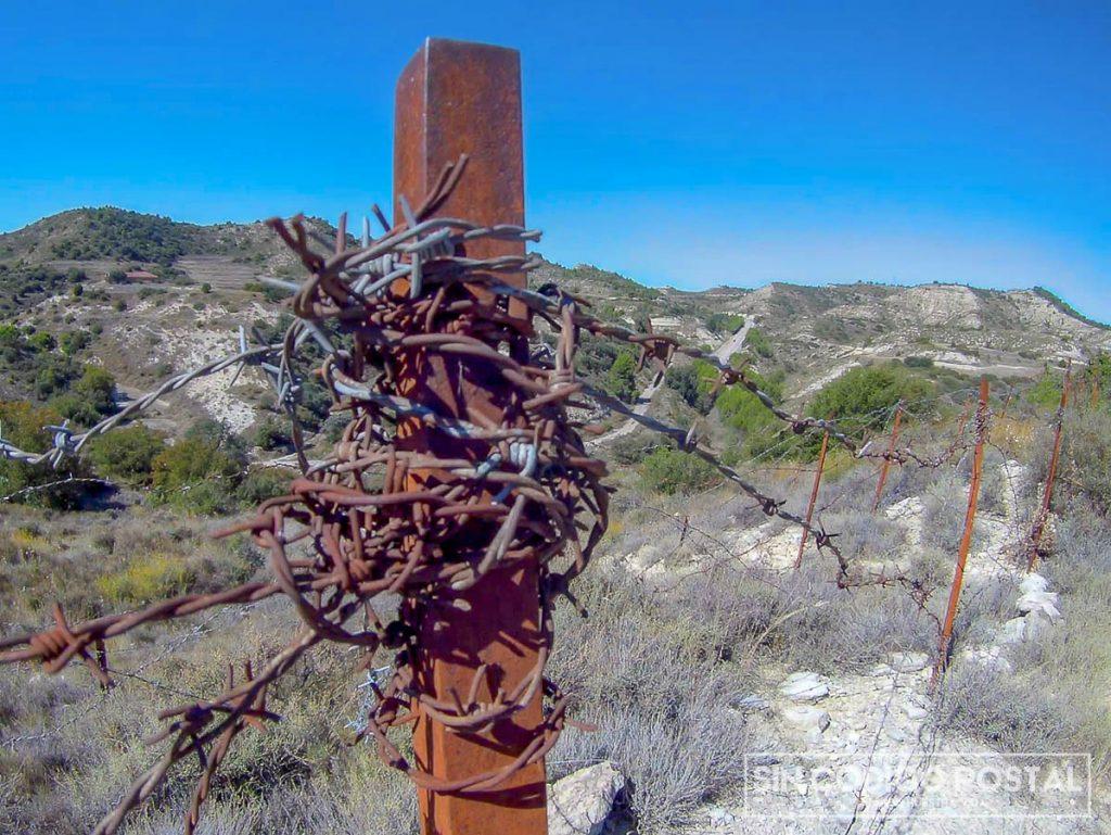Alambrada en las trincheras de la Ruta Orwell, en Monegros