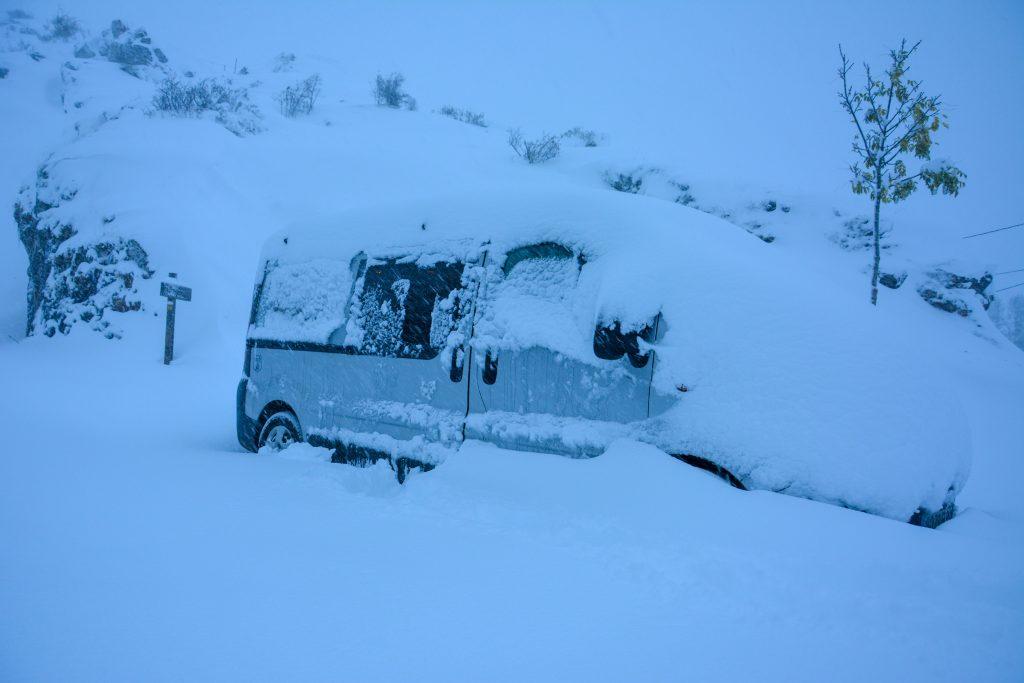 furgoneta camper en nieve