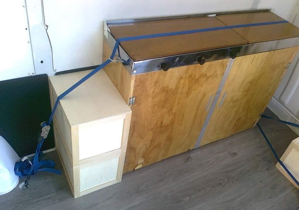 Muebles sujetados de esta manera, no haría falta homologar