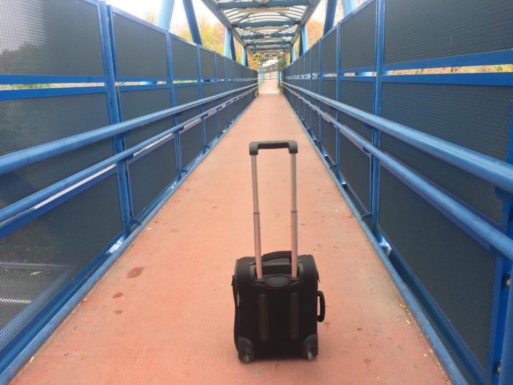 Foto real de la pasarela que lleva hasta el Aeropuerto GRATIS