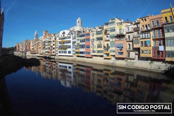 Reflejo de las casas colgantes sobre el río (Girona)