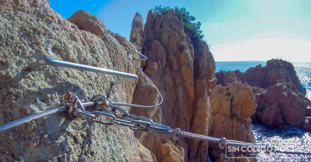 Así son las grapas y los agarres de la vía ferrata de Sant Feliu de Guixols