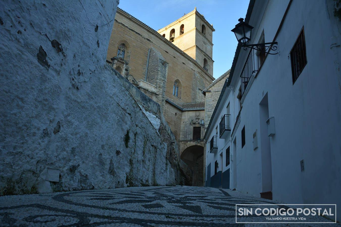 Calle adoquinada e iglesia de la encarnación de Alhama de Granada