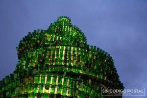 Árbol construido con botellas de sidra