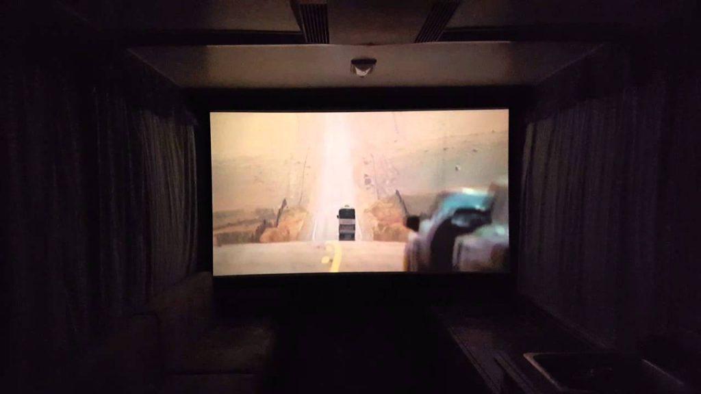 Película desde un proyector en una furgoneta camper