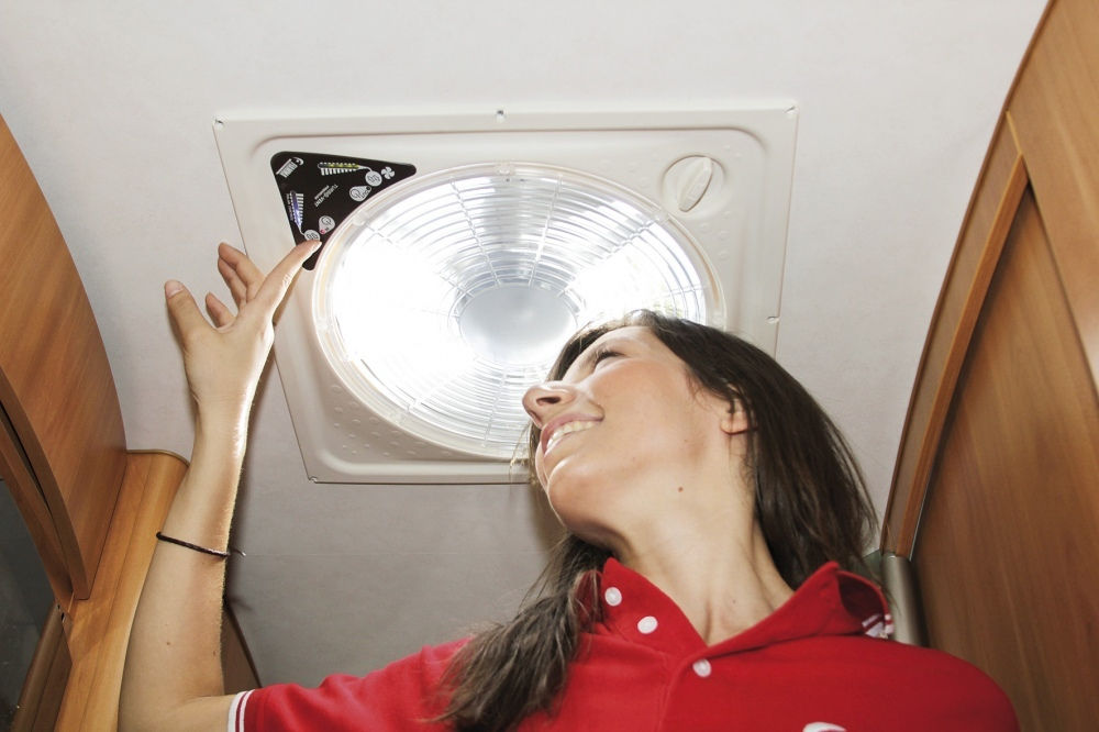 Claraboya con ventilador.. Extraen o introducen aire al interior de la furgoneta