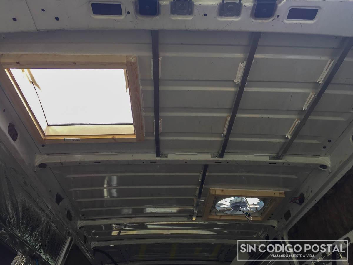 Instalación de claraboyas en techo de una Renault Master