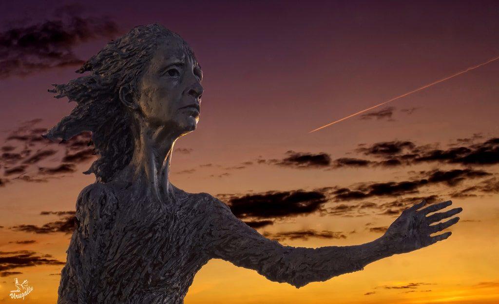 Estatua de la Madre del Emigrante, en Gijón