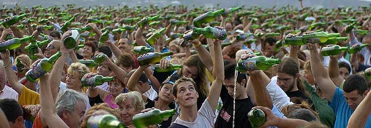 No, una fiesta Asturiana no es así :) . Imagen del record mundial de escaciado de Sidra en Gijón
