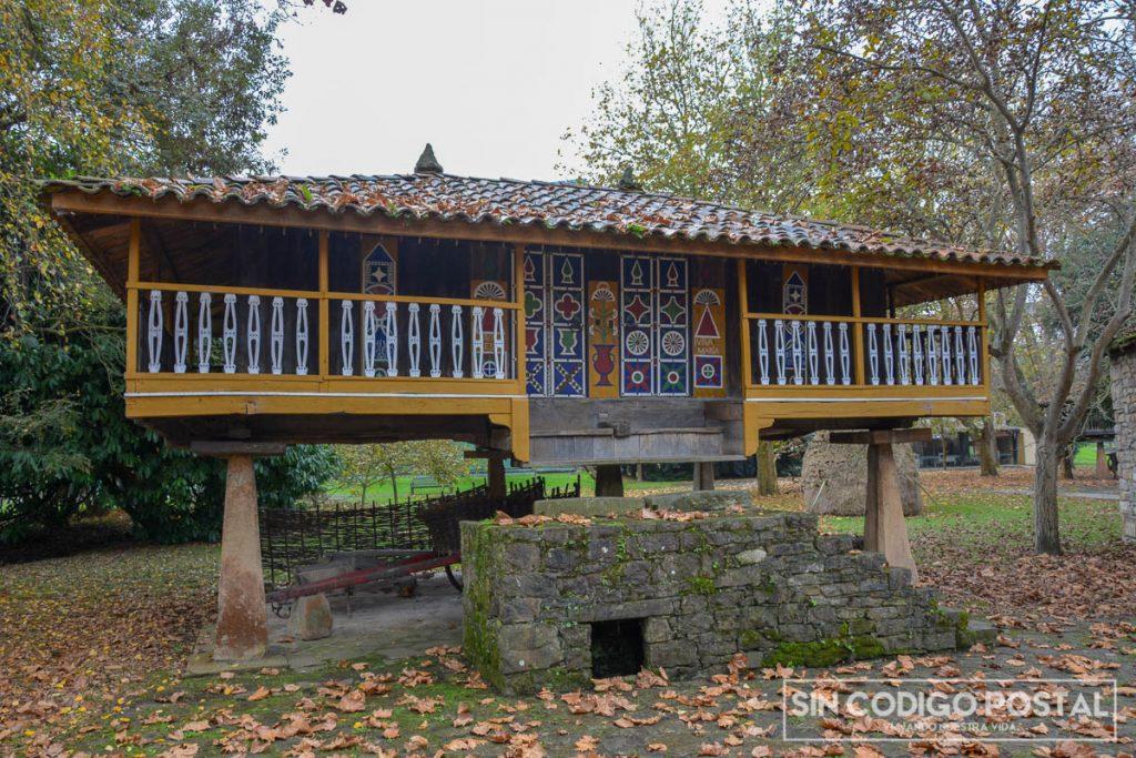 Hórreo en el museo del pueblo asturiano de Gijón
