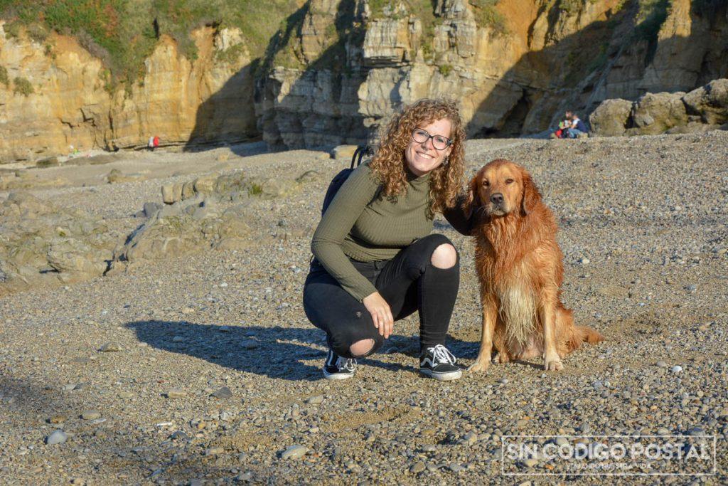 Cuzco y Rocío en la playa del Rinconín, apta para perros todo el año