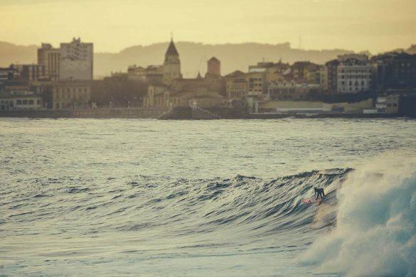 Practica deportes de agua, como Surf en Gijón