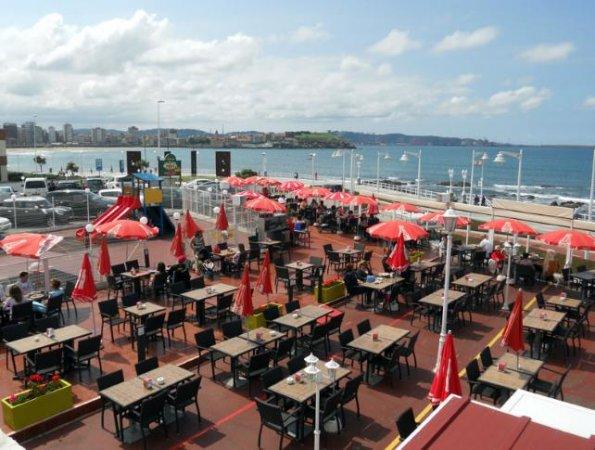 Terraza del restaurante Pery en Gijón