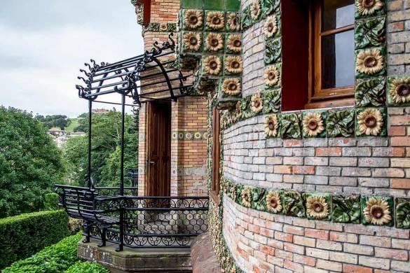 El balcón que mira hacía la casa, para poder admirar la obra maestra de Gaudí (de Ipomar47)