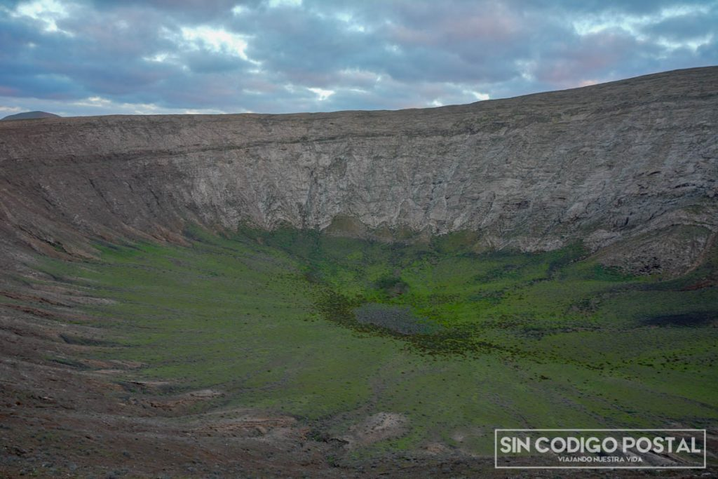 Cráter del volcán, se puede realizar una ruta circular alrededor