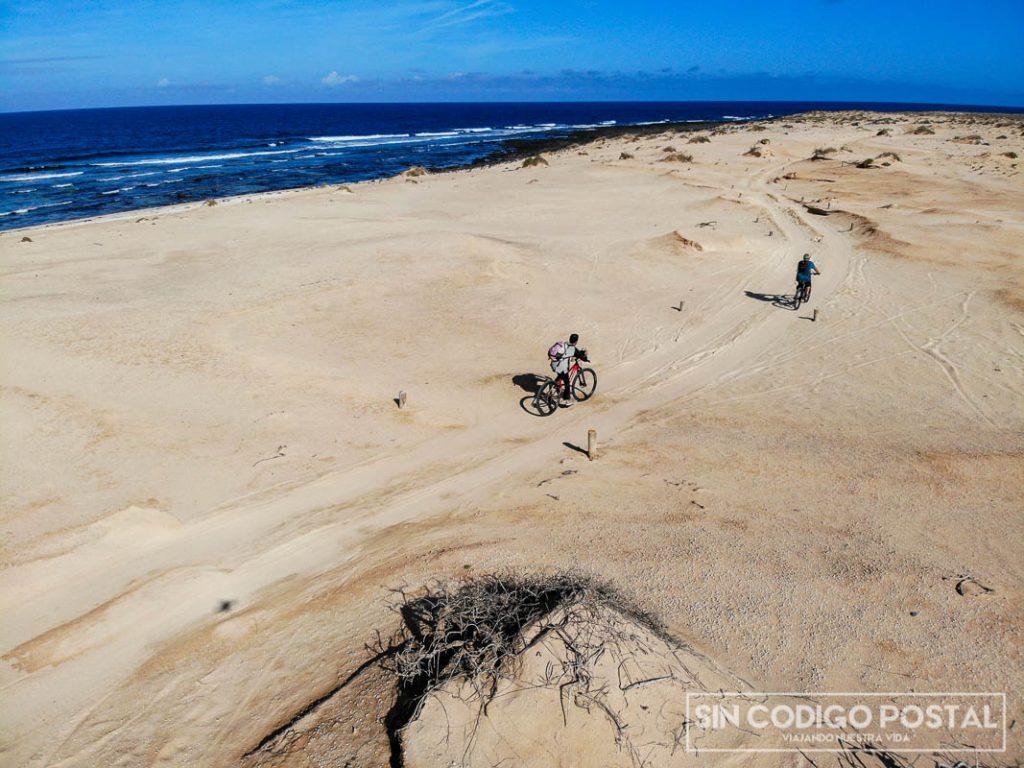 Recorriendo la isla de La Graciosa en bici, una de las mejores cosas que se pueden hacer...