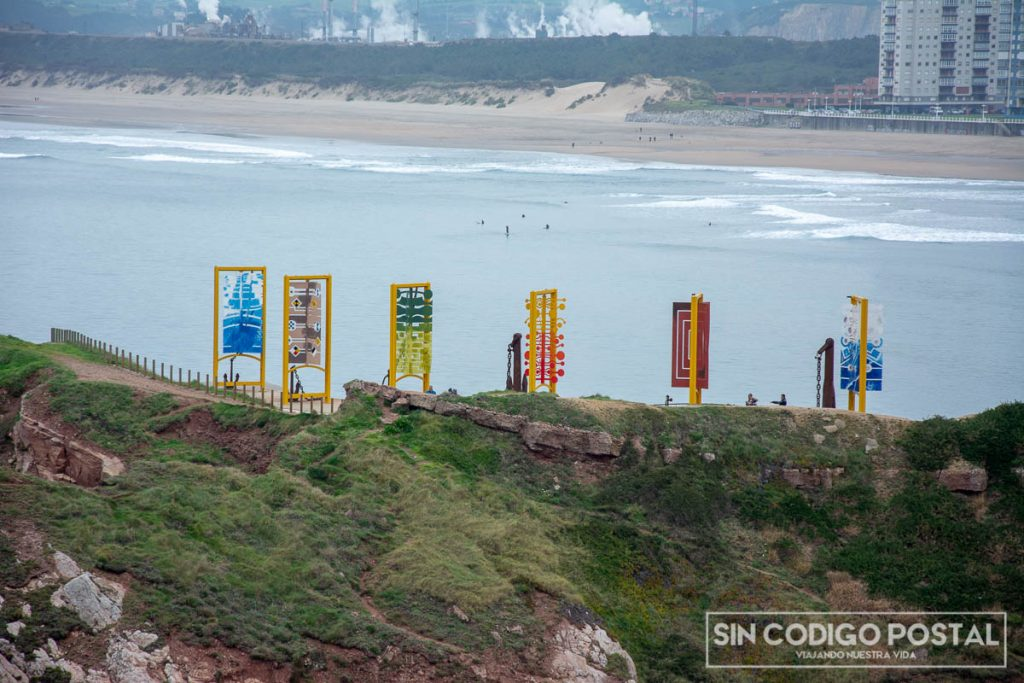 Museo de las anclas de Salinas con la playa y dunas al fondo