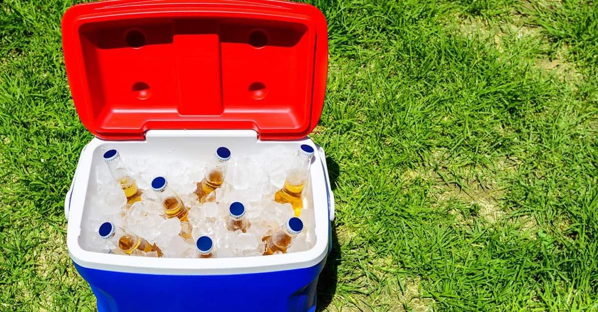 Añádele hielos periódicamente, y las cervecitas estarán bien frías.