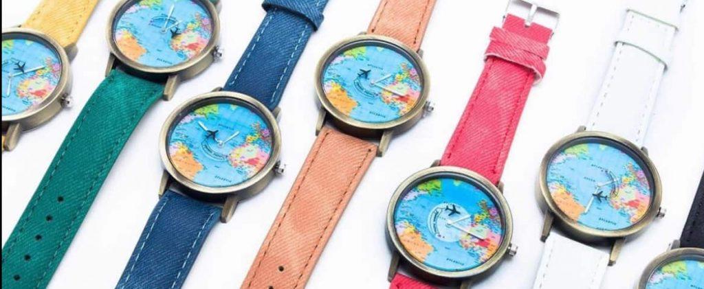 Reloj con diseño del mapa del mundo en su interior