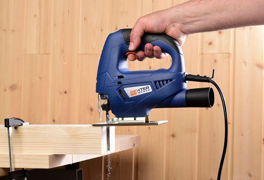 Sierra caladora cortando madera