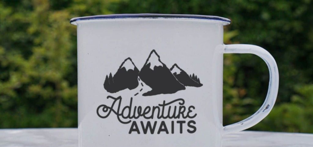 "Taza con el slogan ""Adventure Awaits"""
