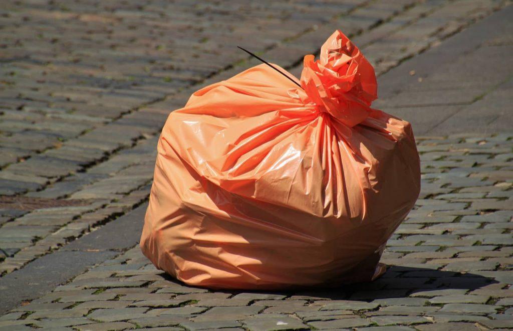 Utiliza una bolsa de plástico para hacer tus necesidades :)