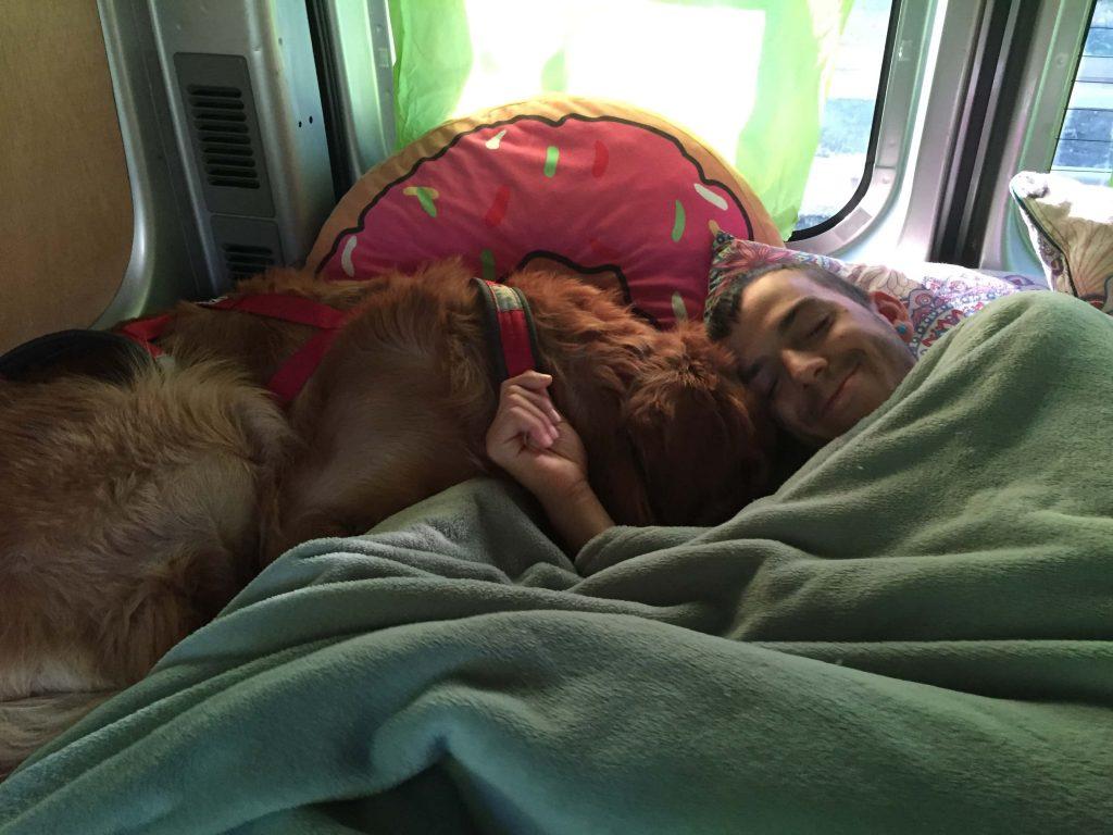 como dormir interior furgoneta camper