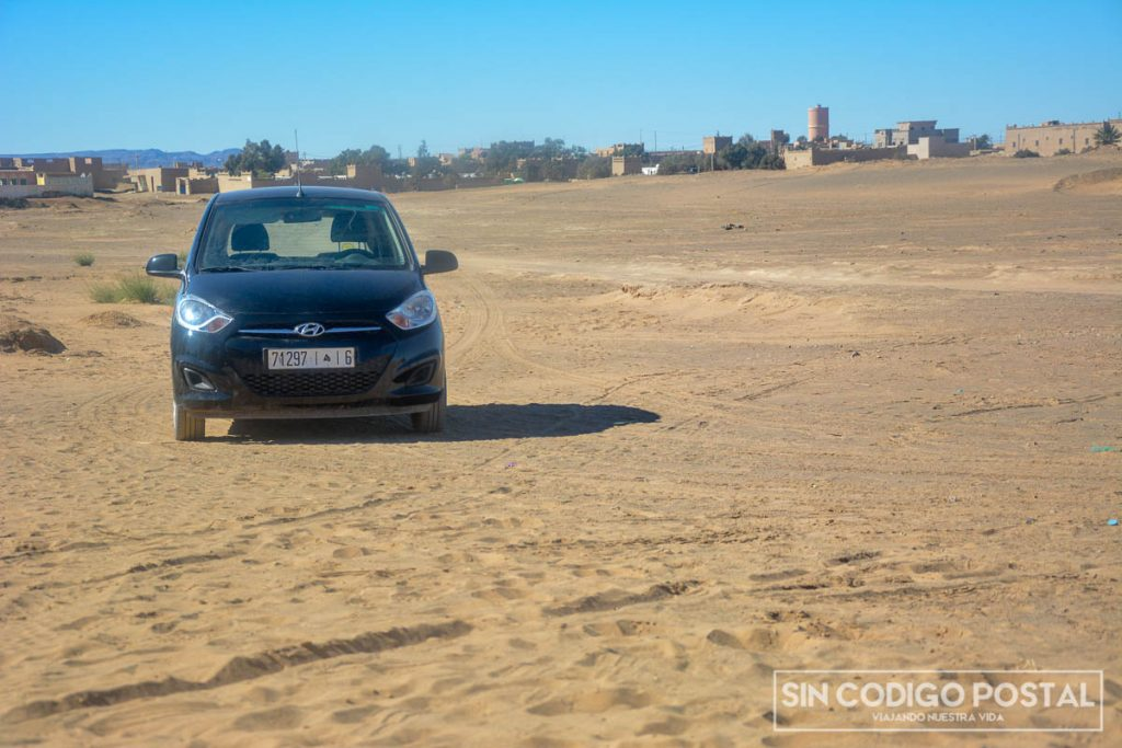 Nuestro coche de alquiler en el desierto de Marruecos