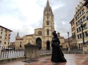 Ana Ozores y la catedral de Oviedo al fondo