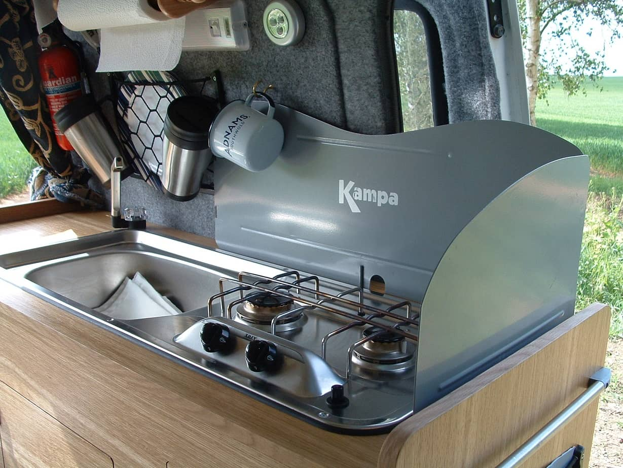 Cocina fija empotrada en una furgoneta camper
