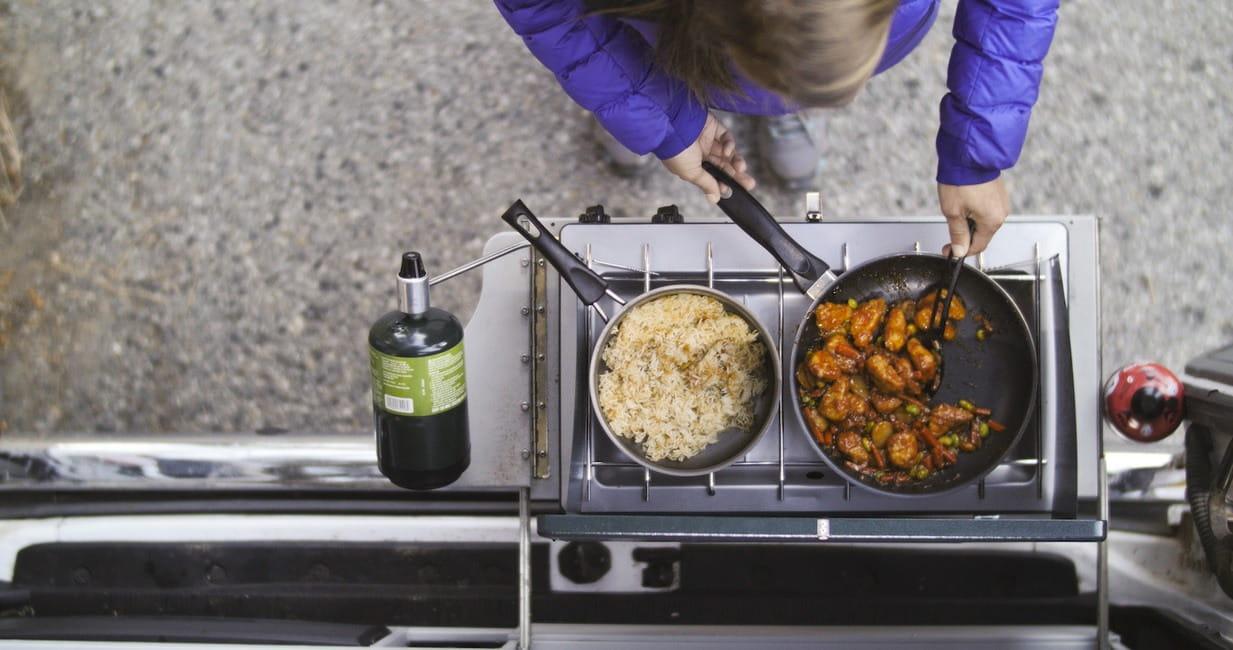 Cocinar en una furgoneta camper. ¿Dentro o fuera?