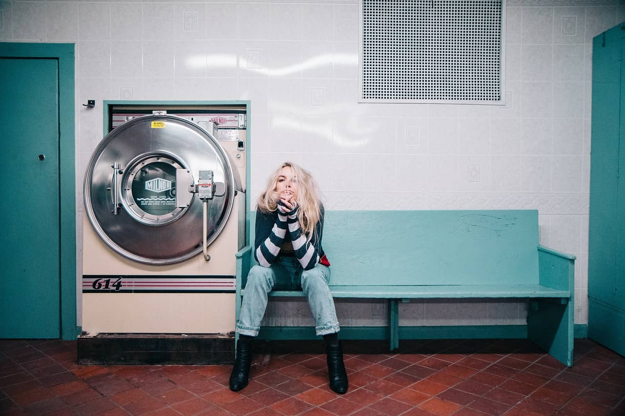 Nosotros solemos lavar la ropa en una lavandería cuando no tenemos muda nueva.