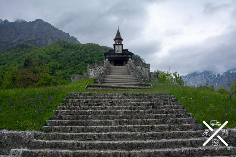 Escaleras de acceso a la iglesia