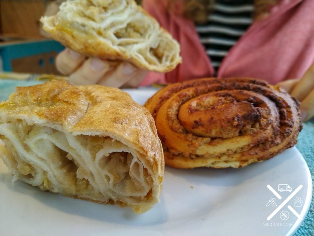 Comída típica de Eslovenia. En primer plano un Burek (de manzana)