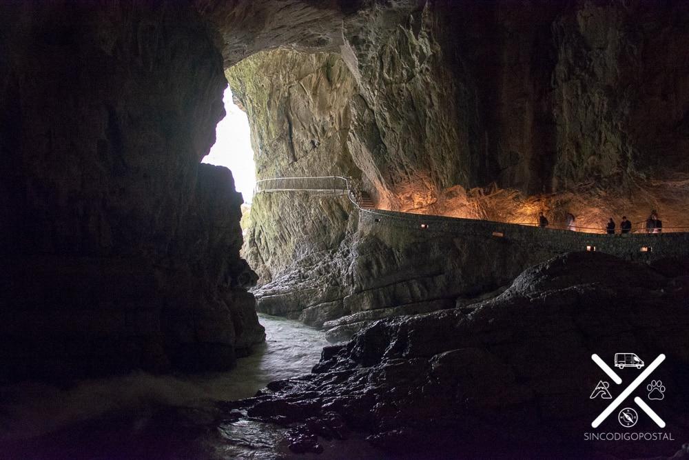 Interior de la cueva de Skocjan