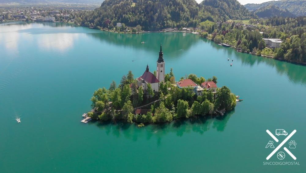 Isla en medio del lago Bled