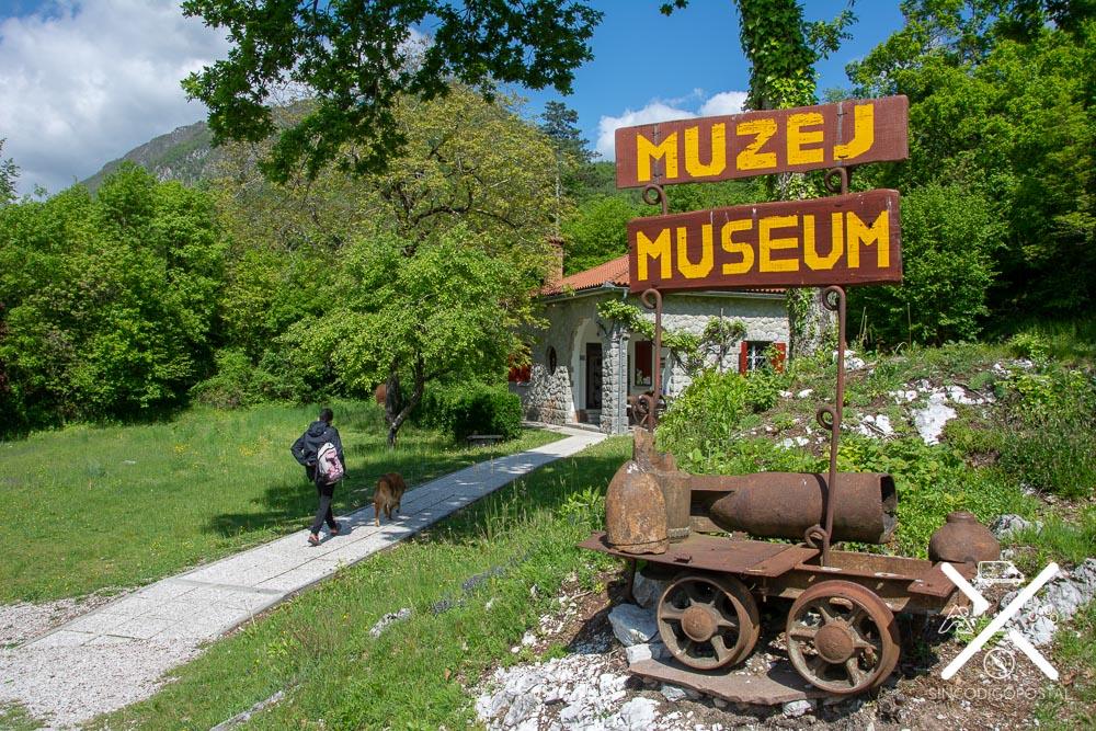 Camino que lleva al pequeño museo