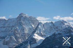 Picos y montañas nevadas en los Dolomitas
