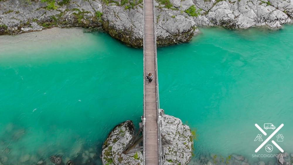 Puente que cruza el rio Soca