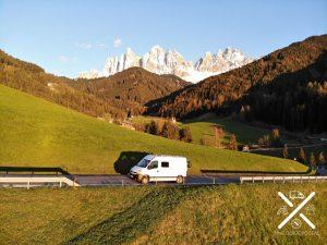 Nosotros en el Valle di Funes al atardecer