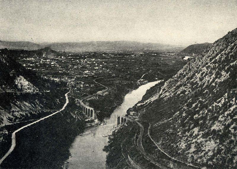 Imagen del valle, con un puente cortado en la primera guerra mundial