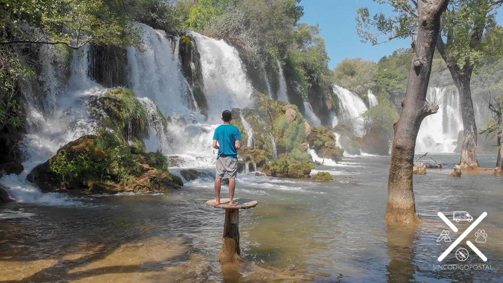 Cascada de Kravica casi inundada de las lluvias de verano