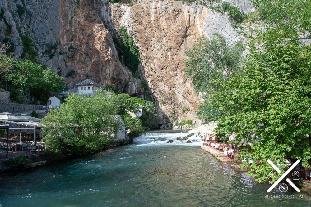 Cueva kárstica y terrazas en Blagaj