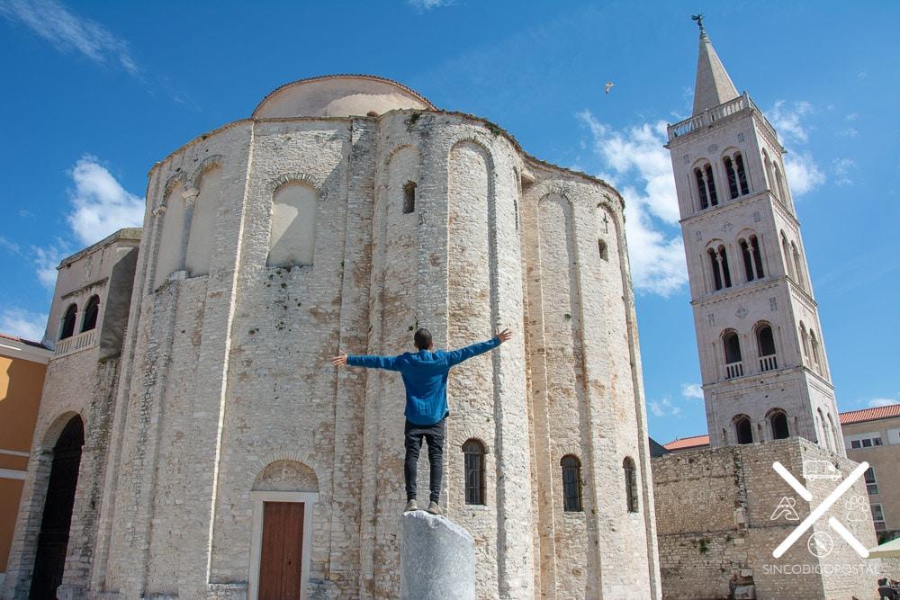 Iglesia San Donato con la Torre de Anastacia detrás