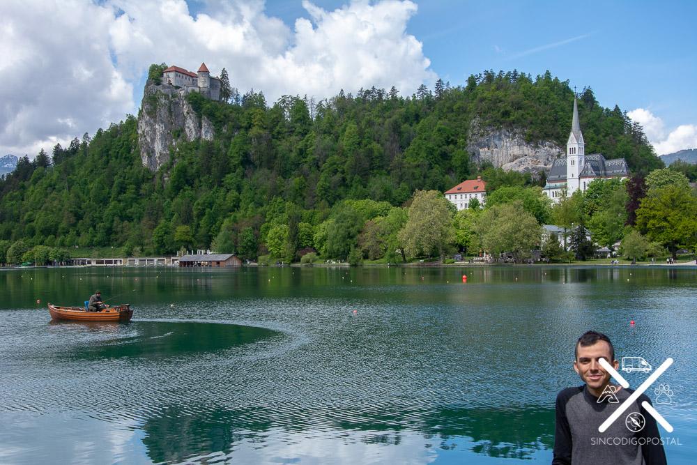 Lago Bled con una barca y el castillo al fondo